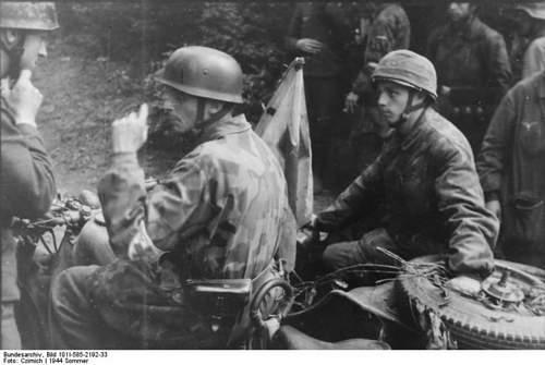 Click image for larger version.  Name:Bundesarchiv_Bild_101I-585-2192-33,_Frankreich,_Fallschirmjager_auf_Beiwagenkrad.jpg Views:95 Size:77.5 KB ID:895949