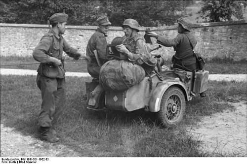 Click image for larger version.  Name:Bundesarchiv_Bild_101I-301-1952-33%2C_Nordfrankreich%2C_deutsche_Fernmeldesoldaten[1].jpg Views:356 Size:67.5 KB ID:122851