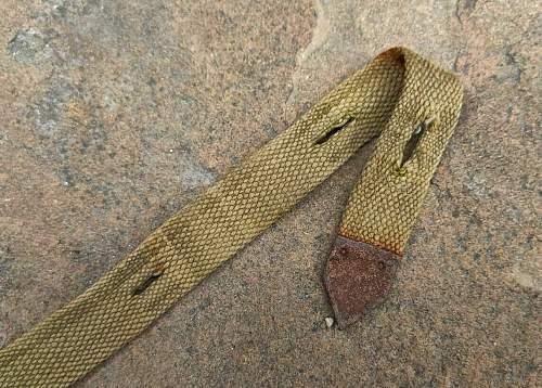 Tropen / Late War Gas Mask straps?