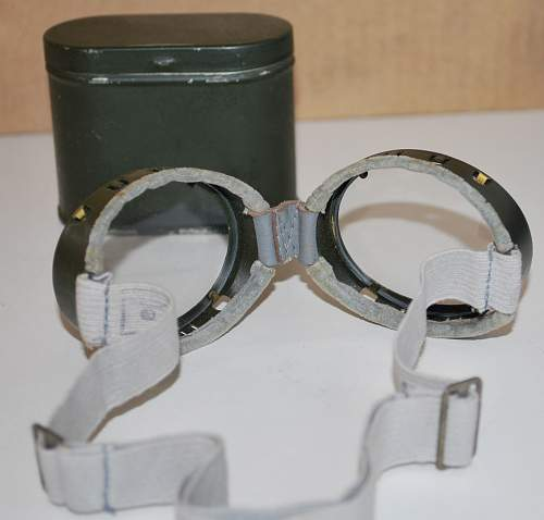 Windschutzbrille.......Goggles in a tin
