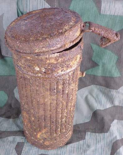 The Tan painted gasmask kanister debate