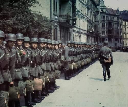 Click image for larger version.  Name:Soldaten der Wehrmacht in Frankreich Paris inspection.jpg Views:96 Size:90.6 KB ID:791903