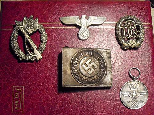 Hello all, thinking of getting this group of items is the belt buckle genuine?