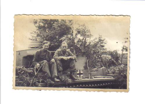 Click image for larger version.  Name:SS crew on tank front.jpg Views:74 Size:49.2 KB ID:131021