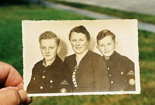 HJ/DJ pic of two brothers and mom