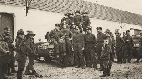 Click image for larger version.  Name:Panzer men w tank and berets 001_final.jpg Views:423 Size:210.0 KB ID:205650