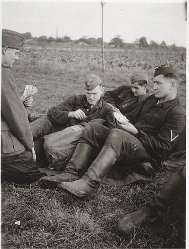Click image for larger version.  Name:luft men play cards.jpg Views:161 Size:215.2 KB ID:208941