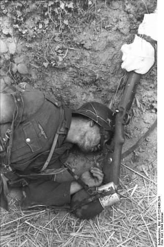 Click image for larger version.  Name:Bundesarchiv_Bild_101I-722-0408-29A,_Frankreich,_gefallener_deutscher_Soldat.jpg Views:414 Size:72.5 KB ID:40964