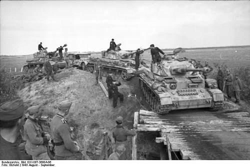 Click image for larger version.  Name:Bundesarchiv_Bild_101I-087-3680A-06,_Russland,_Panzer_IV.jpg Views:241 Size:55.4 KB ID:417719