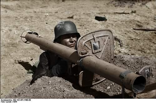 Click image for larger version.  Name:Bundesarchiv_Bild_101I-671-7483-29,_Reichsgebiet,_Soldat_mit_Panzerabwehrwaffe copy.jpg Views:142 Size:53.3 KB ID:418514