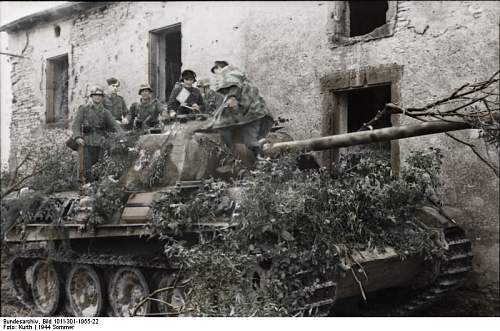 Click image for larger version.  Name:Bundesarchiv_Bild_101I-301-1955-22,_Nordfrankreich,_Panzer_V_(Panther)_mit_Infanterie copy.jpg Views:189 Size:62.3 KB ID:419994