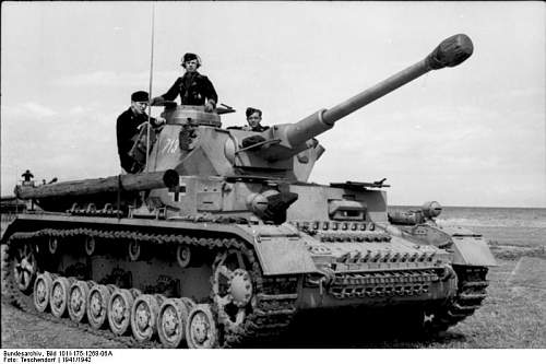 Click image for larger version.  Name:Bundesarchiv_Bild_101I-175-1268-06A,_Griechenland,_Panzer_IV.jpg Views:78 Size:52.6 KB ID:427005