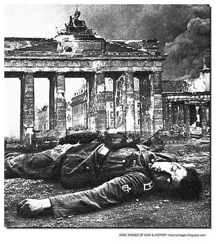 Click image for larger version.  Name:dead-german-soldier-brandenburg-gate-berlin-1945.jpg Views:328 Size:140.7 KB ID:506817