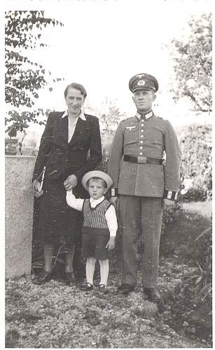 Click image for larger version.  Name:Family Picture Gef 17.03.1943 (2).jpg Views:48 Size:79.9 KB ID:570480