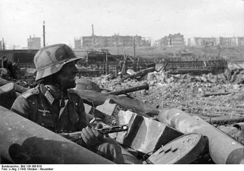 Click image for larger version.  Name:Bundesarchiv_Bild_116-168-618,_Russland,_Kampf_um_Stalingrad,_Soldat_mit_MPi.jpg Views:2935 Size:59.8 KB ID:68485