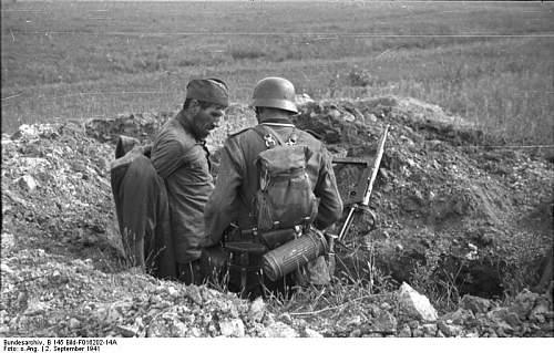 Click image for larger version.  Name:Bundesarchiv_B_145_Bild-F016202-14A,_Russland,_Festnahme_eines_sowjetischen_Soldaten.jpg Views:137 Size:79.0 KB ID:749943