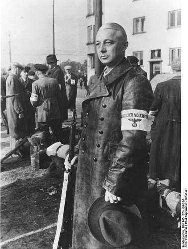 Click image for larger version.  Name:Bundesarchiv_Bild_146-1974-120-20A,_Alter_Mann_mit_Armbinde_-Deutscher_Volkssturm-.jpg Views:74 Size:61.7 KB ID:1007524