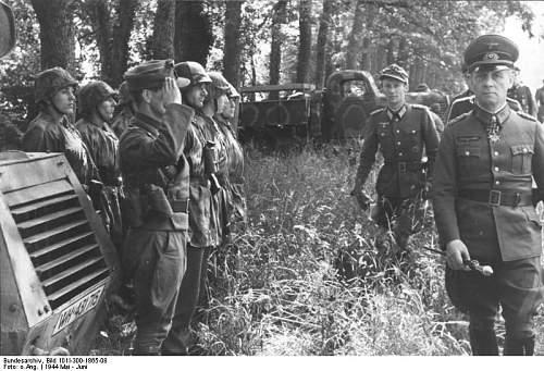 Click image for larger version.  Name:Rommel_bei_21._Pz.Div..jpg Views:250 Size:85.4 KB ID:184276