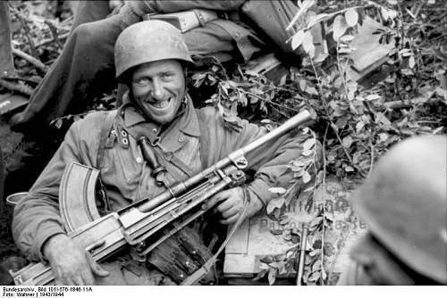Click image for larger version.  Name:Bundesarchiv_Bild_101I-576-1846-11A%2C_Italien%2C_Fallschirmj%C3%A4ger_mit_Bren-MG_in_Ruhestellu.jpg Views:3783 Size:73.6 KB ID:45507