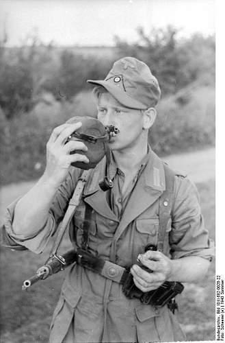 Click image for larger version.  Name:Bundesarchiv_Bild_101I-682-0026-22,_Russland,_Soldat_beim_Trinken.jpg Views:576 Size:46.2 KB ID:625623