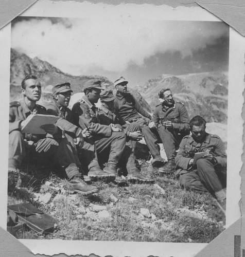 Click image for larger version.  Name:PK Männer halten den Bericht unseres RK Trägers Feldwebel Völkel fest Herbst 1942.jpg Views:200 Size:64.2 KB ID:632141