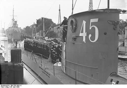 Click image for larger version.  Name:Bundesarchiv_Bild_200-Ub0111,_Kiel,_Indienststellung_U-45.jpg Views:135 Size:51.3 KB ID:338366