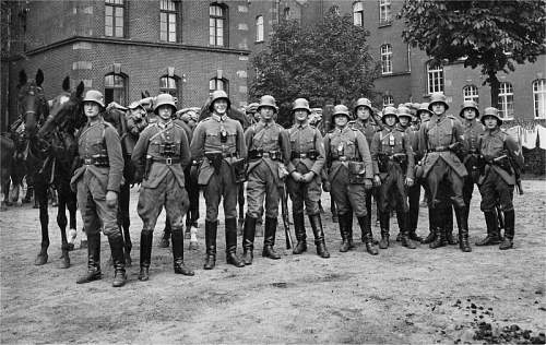 Click image for larger version.  Name:fathers platoon at Muenster Barracks Pre-war.jpg Views:783 Size:128.5 KB ID:522530