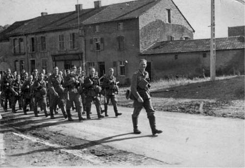 Click image for larger version.  Name:Father leading his platoon.jpg Views:64 Size:78.0 KB ID:522532