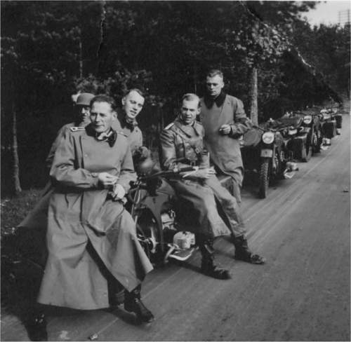 Click image for larger version.  Name:Eilers friends motorcycling date unknown.jpg Views:72 Size:90.8 KB ID:522543