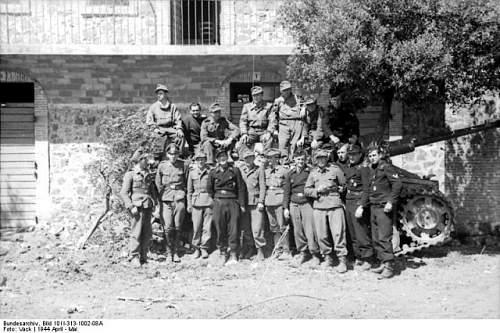 Click image for larger version.  Name:Bundesarchiv_Bild_101I-313-1002-08A_Italien_Soldaten_vor_Sturmgeschütz_III_posierend-640x42.jpg Views:21 Size:95.3 KB ID:807327