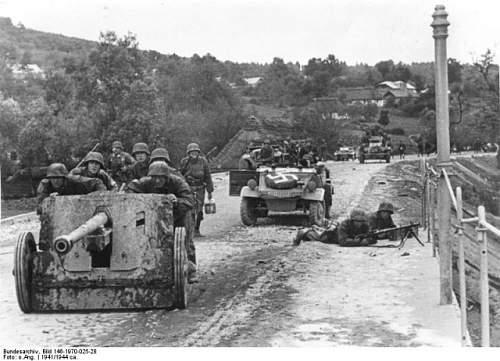Click image for larger version.  Name:Bundesarchiv_Bild_146-1970-025-28_Waffen-SS_mit_Pak_und_MG_auf_Straße-640x462[1].jpg Views:30 Size:81.6 KB ID:807334