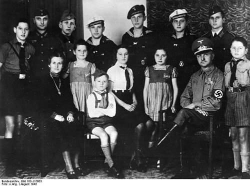 Click image for larger version.  Name:Bundesarchiv_Bild_183-J15063_Familie_mit_12_Kindern-640x477[1].jpg Views:29 Size:76.6 KB ID:807335