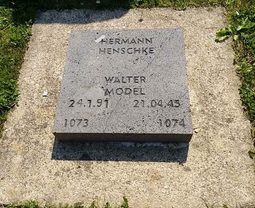 Click image for larger version.  Name:Soldatenfriedhof_vossenack_walter_model.jpg Views:81 Size:365.7 KB ID:859490