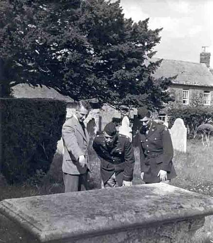 Click image for larger version.  Name:Rector showing US men gravestone Web.jpg Views:52 Size:32.3 KB ID:559548
