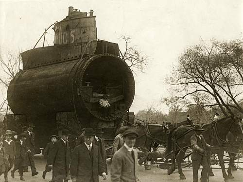 Click image for larger version.  Name:Part of a German submarine in the streets of New York, United States of America, 1918..jpg Views:527 Size:96.6 KB ID:334920
