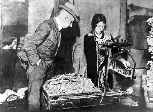 Click image for larger version.  Name:hyperinflation 1923.jpg Views:6569 Size:167.4 KB ID:433027