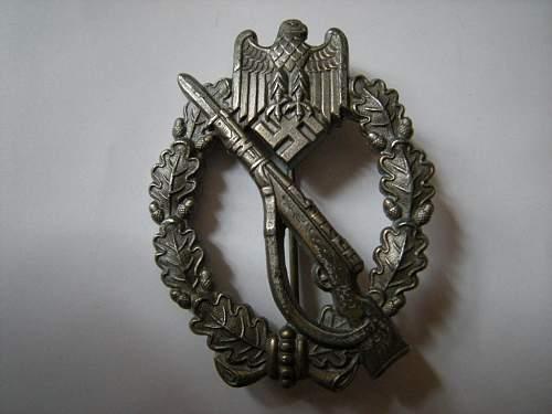 Click image for larger version.  Name:infantryassultbadgesilvermarkedL562_zps4931ea77.jpg Views:51 Size:78.3 KB ID:481822