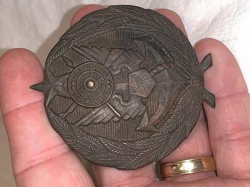 WWI or WWII British Cap Badges/Insignia ??