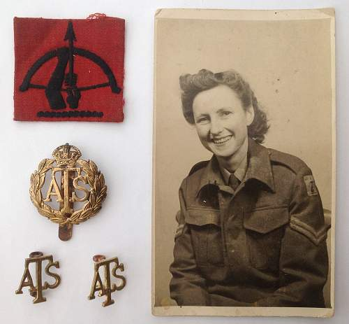Ats cloth cap badge,red on white..any ideas