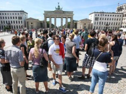 Click image for larger version.  Name:touristen-am-brandenburger-tor.jpg Views:69 Size:33.0 KB ID:891334