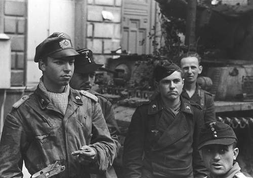 Click image for larger version.  Name:Pz IV crew from 21 Panzer Division Normandy 1944.jpg Views:34 Size:65.1 KB ID:983826