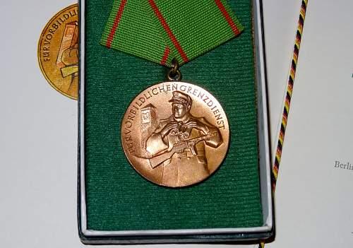 Medaille fur Vorbindlichen Grenzdienst mit Urkunde