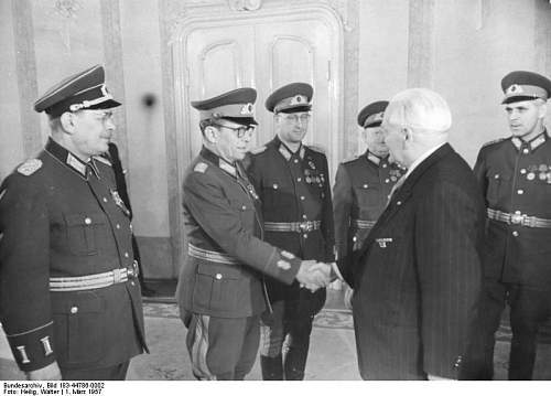 Click image for larger version.  Name:Bundesarchiv_Bild_183-44786-0002,_Empfang_von_NVA-Offizieren_durch_Wilhelm_Pieck.jpg Views:207 Size:49.2 KB ID:547096