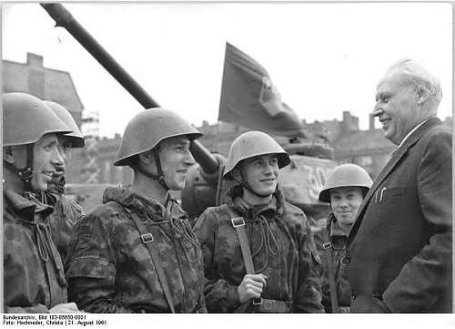 Click image for larger version.  Name:warnke_bei_soldaten_august_1961.jpg Views:397 Size:56.0 KB ID:674608