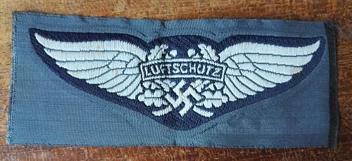 Luftschutz breast insignia