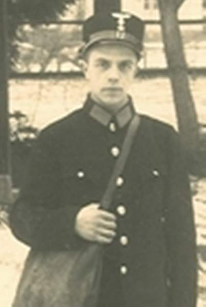 Does anybody know what kind of uniform this is?