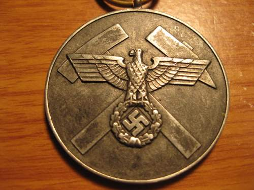 Click image for larger version.  Name:medal with hammers 005.JPG Views:59 Size:128.5 KB ID:62373