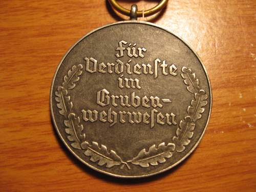 Click image for larger version.  Name:medal with hammers 006.JPG Views:59 Size:129.9 KB ID:62374