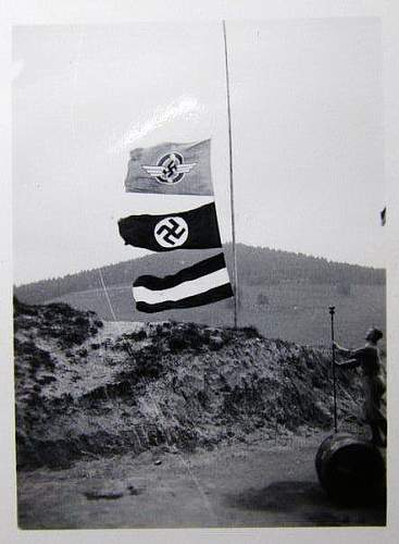 Mystery flags(to me lol) in old photograph