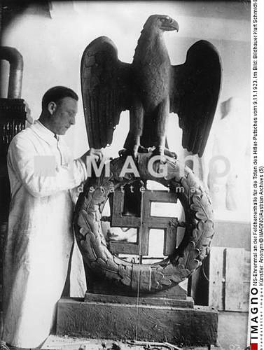 Feldherrnhalle - Mahnmal Type of Eagle?